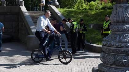 Виталий Кличко прибыл на инаугурацию Зеленского на велосипеде: видео