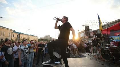 Жадан дал концерт в Харькове в поддержку волонтерской палатки