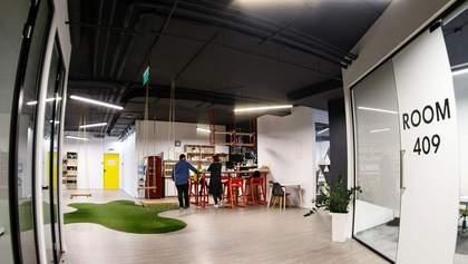 Качели, мох на стенах и никаких оупенспейсов: чем удивляет офис IT-компании во Львове