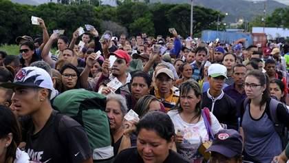 Венесуельці масово перетинають кордон з Колумбією: вражаючі фото та відео