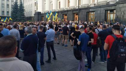 Протестующие вышли под АП из-за Донбасса и выдвинули требования Зеленскому фото, видео