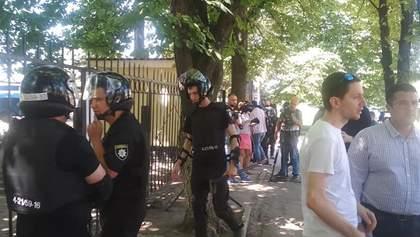 Снос бюста Жукову: в Харькове устроили протест против обысков у активистов