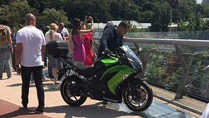 """На пішохідному """"мосту Кличка"""" у Києві помітили мотоцикліста: фото"""