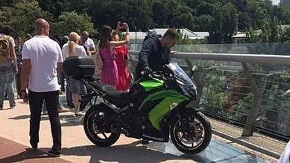 "На пешеходном ""мосту Кличко"" в Киеве заметили мотоциклиста: фото"