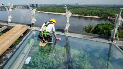 """На """"мост Кличко"""" установят антивандальное стекло: фото"""