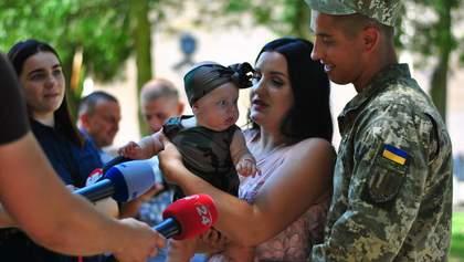 Українські миротворці повернулися з Косово: зворушливі фото зустрічей з родинами