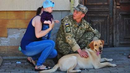 Украинские миротворцы вернулись из Косово: трогательные фото встреч с семьями