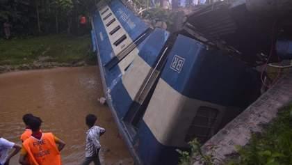 В Бангладеш поезд сошел с рельсов и упал в канал, есть погибшие: жуткие фото и видео