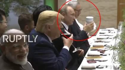 """""""Дід вже зовсім параноїк"""": Путін прийшов на саміт G20 зі своїм термосом – відео"""