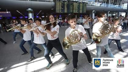 В аэропорту Львова устроили яркий флешмоб гостям Leopolis Jazz Fest: фото, видео
