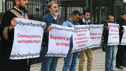 Кримські татари влаштували протест під посольством Росії в Києві: фото