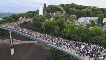 """На """"мосту Кличко"""" образовалась большая трещина: фото, видео"""