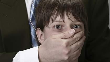 Чоловік розбещував 11-річного хлопчика, заманивши його у підсобне приміщення торгового центру