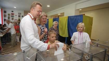 Вірю, що в парламенті буде робоча більшість, – Андрій Садовий із сім'єю проголосував на виборах