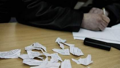 Женщина порвала бюллетень и пыталась его съесть на участке во Львове: видео