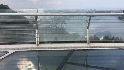 """""""Міст Кличка"""" втомився надзвичайно швидко – тріснуло ще одне скло: відео"""