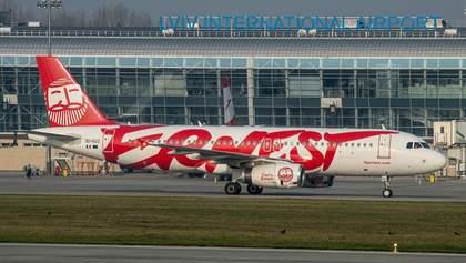 Туристи застрягли в аеропорту Львова: чому авіакомпанія Ernest скасувала рейс