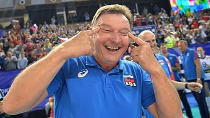 На тренера сборной России по волейболу пожаловались за расистский жест после победы: фото