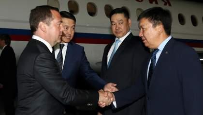 Медведев прилетел в Кыргызстан на фоне столкновений и задержания экс-президента Атамбаева