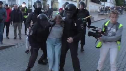 Протести у Москві: силовик побив дівчину, в Росгвардії від нього відреклися – відео