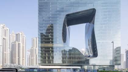 Куб с дыркой: отель по проекту легендарной Захи Хадид открывают в Дубае – фото