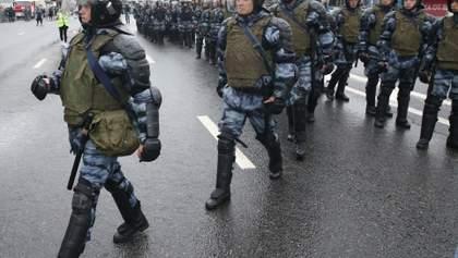 Протесты в Москве: Кремль начал сдавать своих