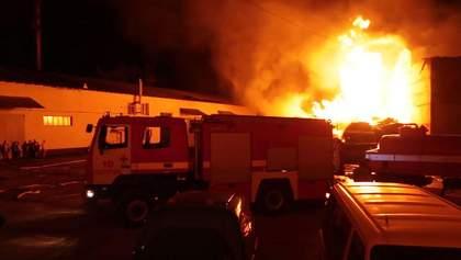 """У Полтаві загасили пожежу на складі """"Нової пошти"""": фото, відео"""