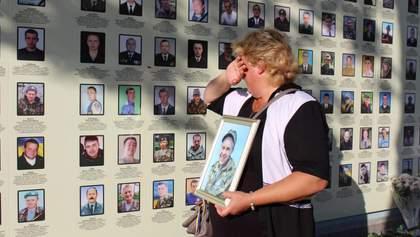 Я кожного вечора чекаю його вдома: українці у День пам'яті згадали полеглих героїв