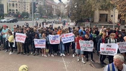 """Два проплачені мітинги """"за"""" і """"проти"""" каналів Медведчука проходять у Києві: фото, відео"""