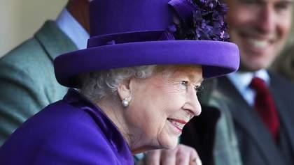 Єлизавета ІІ з'явилась на спортивній події у яскравому вбранні: фото