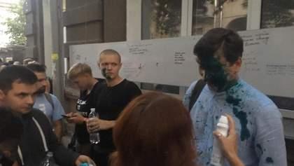 В Харькове облили зеленкой Дония и повредили ему глаз