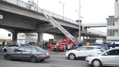 Мужчина угрожал взорвать мост Метро в Киеве: видео с места события