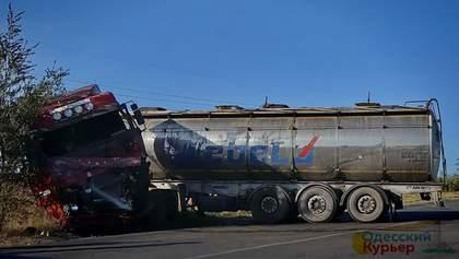 Смертельна ДТП на одеській трасі: відео, як із пошкодженої автоцистерни вибирається водій