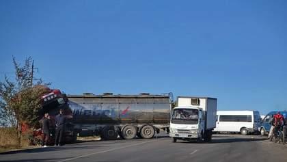 Аварія на одеській трасі: в автоцистерни могло тріснути колесо – версія соцмереж