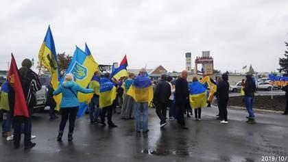 Украинцы устроили протест возле КПВВ Станица Луганская и исполнили гимн: фото и видео