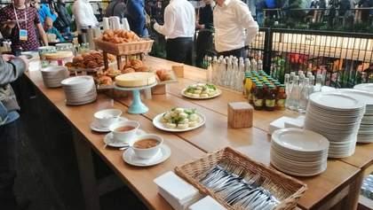 Круассаны, сырники и кола: во сколько обошлось угощение на пресс-марафоне Зеленского