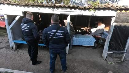 Били і відбирали їжу: на Одещині виявили бараки із працівниками-рабами – фото, відео