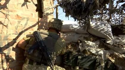 Мощные обстрелы в Марьинке: от пули снайпера погибла военная