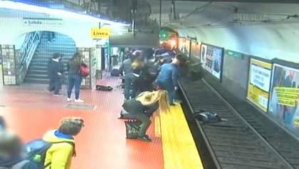 Женщина упала на рельсы метро из-за мужчины, потерявшего сознание: шокирующее видео