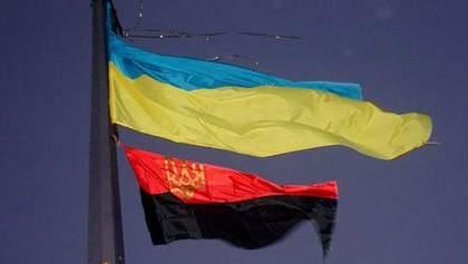 На Киевщине россиянин повредил флаг ОУН, а затем выпрыгнул из окна здания полиции – видео