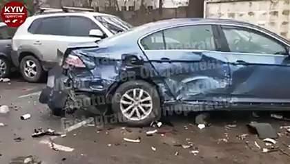 На Київщині нетвереза жінка за кермом розтрощила припарковані авто: відео