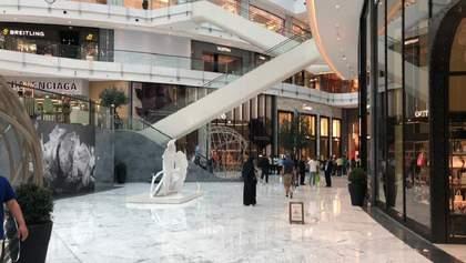 Крупнейший торговый центр мира затопило: вода потоками льется с потолка – фото, видео