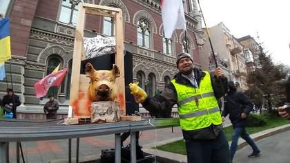 В Киеве снова протестуют с мертвой свиньей: на этот раз под НБУ – фото и видео