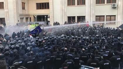 В Тбилиси полиция атаковала демонстрантов газом и водометами: фото и видео