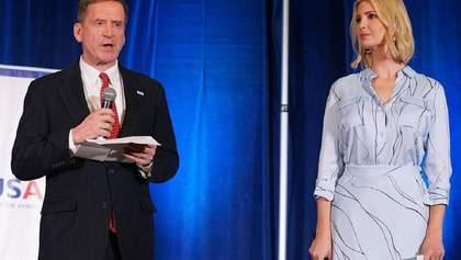 В голубой рубашке и юбке: Иванка Трамп продемонстрировала романтический образ