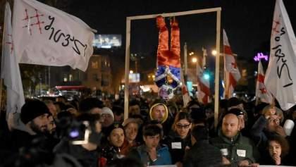 Протесты в Грузии: митингующие почти час не выпускали президента из кафе – видео