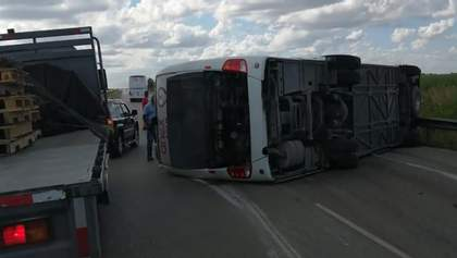 Автобус з туристами з РФ перекинувся після зіткнення з вантажівкою в Домінікані: моторошні кадри