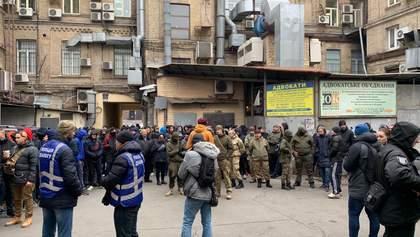 """Дело Садового: под суд пришли неизвестные """"протестующие"""" – фото, видео"""