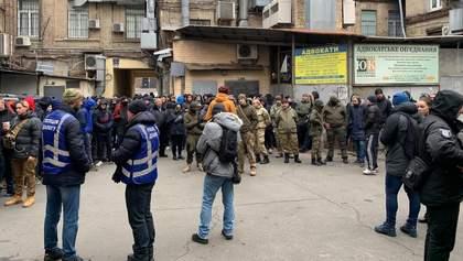 """Нападник на Шабуніна """"мітингував"""" під судом проти Садового: фото і відео"""