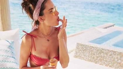 Модель Алессандра Амбросио показала идеальную фигуру в купальнике: жаркие фото